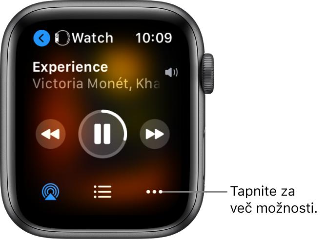 Zaslon Now Playing (Zdaj se predvaja) prikazuje Watch (Ura) zgoraj levo s puščico, ki kaže v levo, in ki vas pripelje do zaslona naprave. Spodaj sta prikazana naslov pesmi in ime izvajalca. Kontrolniki predvajanja so na sredini. Gumbi AirPlay, seznam posnetkov in More Options (Več možnosti) so na dnu.