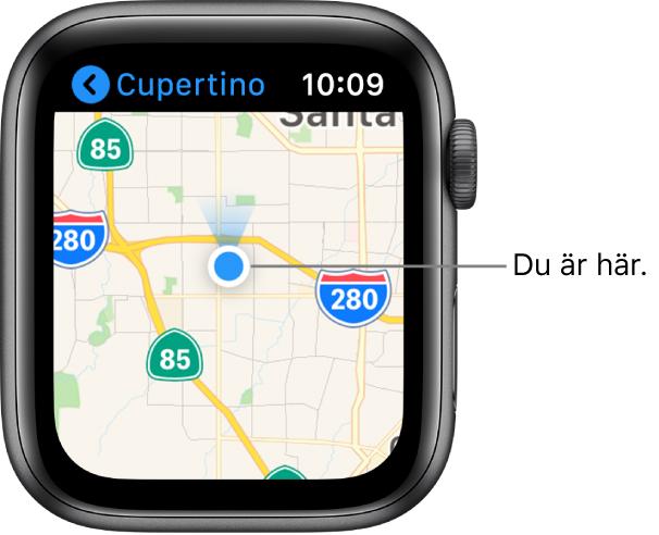 Appen Kartor som visar en karta. Din plats visas som en blå punkt på kartan. En blå flagga som indikerar att klockan är vänd mot norr visas ovanför platspunkten.