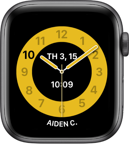 Mặt đồng hồ Giờ lên lớp đang hiển thị một đồng hồ kim với ngày và giờ kỹ thuật số ở gần giữa. Tên của người sử dụng đồng hồ ở dưới cùng.