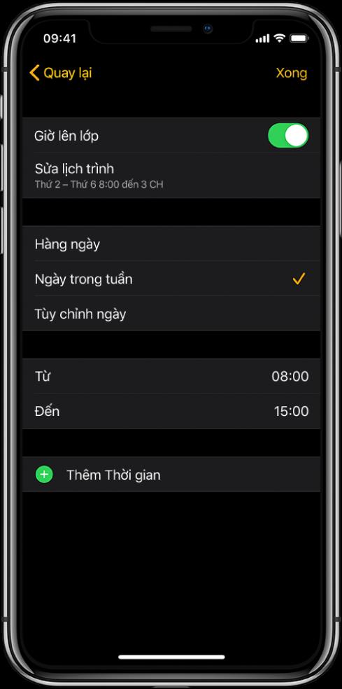 iPhone đang hiển thị màn hình thiết lập Giờ lên lớp. Một công tắc Giờ lên lớp ở trên cùng với Sửa lịch trình ở bên dưới. Các tùy chọn Hàng ngày, Ngày trong tuần và Tùy chỉnh ngày xuất hiện ở bên dưới đó, với Ngày trong tuần được chọn. Các giờ Từ và Đến ở giữa màn hình và một nút Thêm thời gian ở gần dưới cùng.