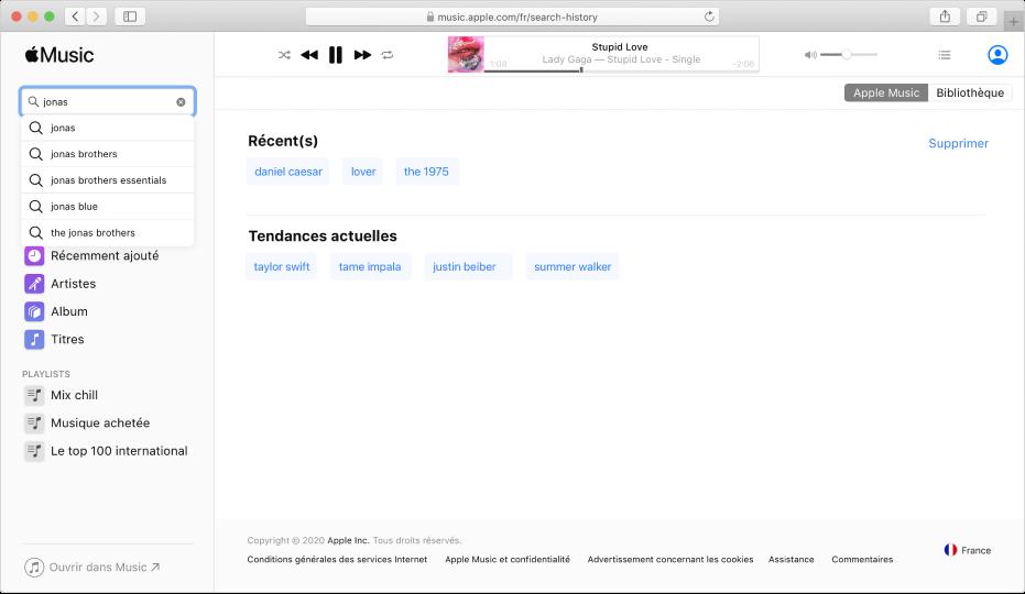 AppleMusic sur le web affichant AppleMusic sélectionné dans le coin supérieur droit, et «Jonas» saisi dans le champ de recherche en haut à gauche. Les résultats suggérés de Musique pour «Jonas» s'affichent dans la liste sous le champ de recherche.