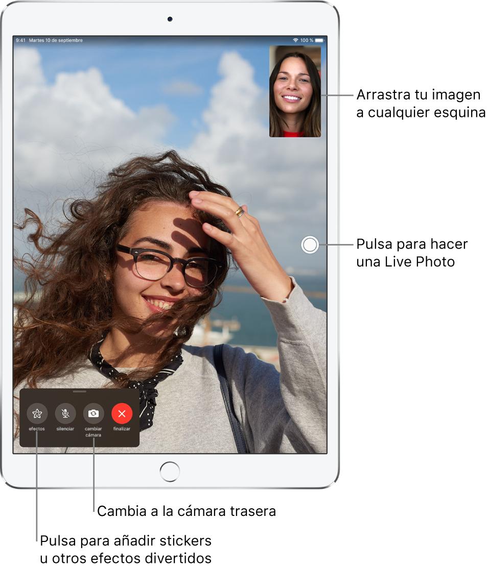 """Pantalla de FaceTime con una llamada en curso. Tu imagen se muestra en un pequeño rectángulo en la esquina superior derecha, mientras que la imagen de la otra persona ocupa el resto de la pantalla. A lo largo de la parte inferior de la pantalla, se encuentran los botones Efectos, Silenciar, """"Cambiar cámara"""" y Finalizar."""