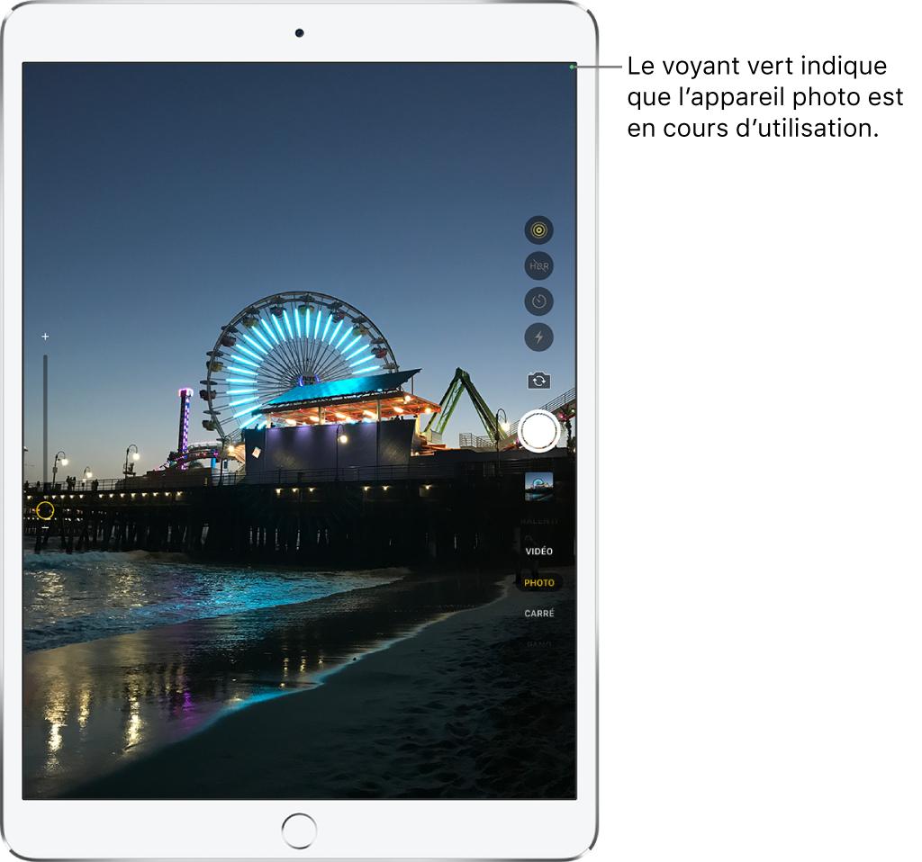 L'écran de l'appareil photo. Un indicateur vert en haut à droite affiche que l'appareil photo est en cours d'utilisation.