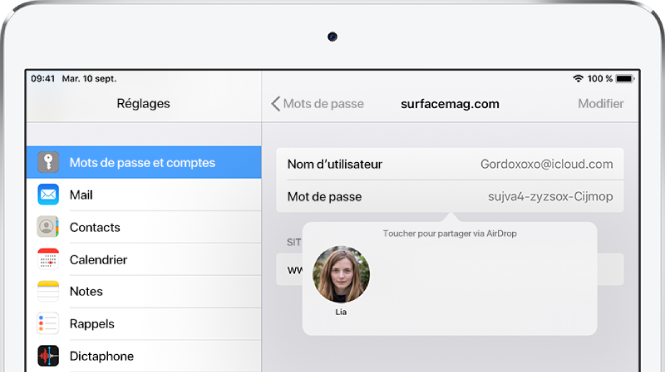 L'écran des mots de passe pour un site web. Un bouton sous le champ du mot de passe affichant une image de Lia sous l'instruction «Toucher pour partager avec AirDrop».