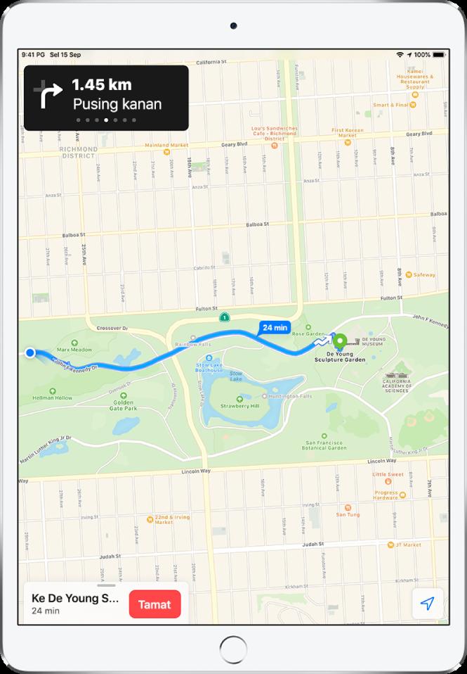 Peta menunjukkan laluan berjalan. Di bahagian atas skrin, sepanduk menunjukkan masa untuk membelok kanan. Butang Tamat muncul di bahagian bawah skrin.