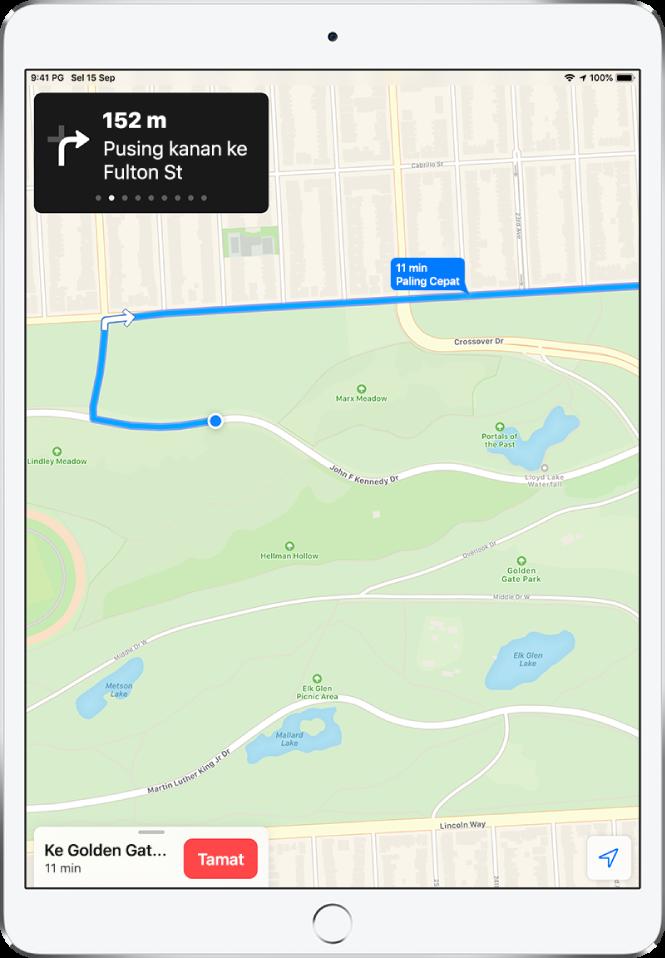 Peta menunjukkan laluan memandu. Di bahagian atas skrin, sepanduk memaparkan arah untuk membuat belokan kanan pada Jalan Fulton. Butang Tamat muncul di bahagian bawah skrin.