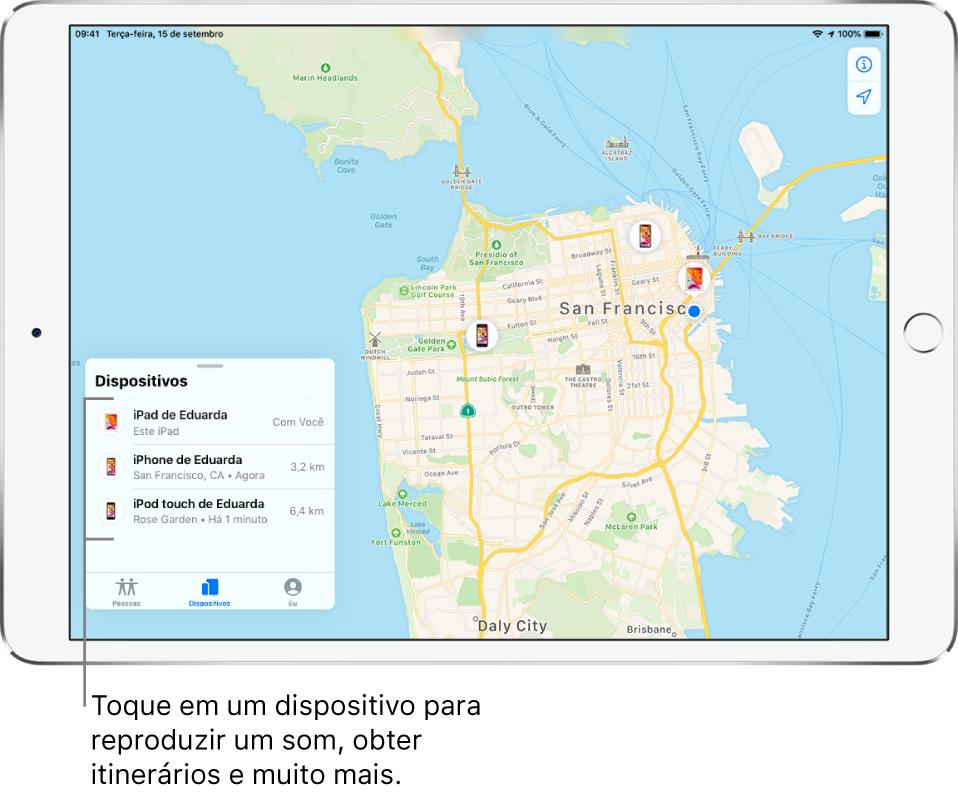 Tela do app Buscar aberta na aba Dispositivos. Há três dispositivos na lista de Dispositivos: iPad de Edna, iPhone de Edna e iPod touch de Edna. Suas localizações são mostradas em um mapa de São Francisco.