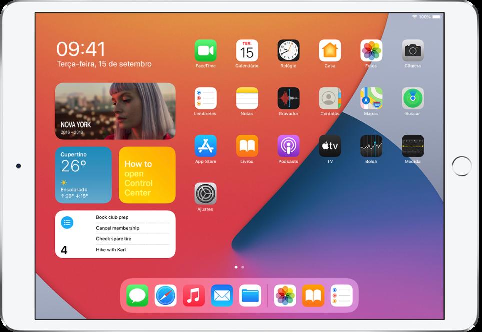 Tela de Início do iPad. No lado esquerdo da tela, os widgets de Fotos, Tempo, Dicas e Lembretes.