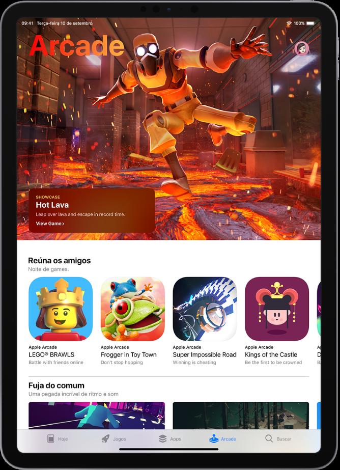 Tela Arcade da AppStore exibindo um jogo em destaque e outras recomendações. Sua foto do perfil, a qual você pode tocar para visualizar compras e gerenciar assinaturas, está na parte superior direita. Ao longo da parte inferior, da esquerda para a direita, encontram-se as abas Hoje, Jogos, Apps, Arcade e Buscar.