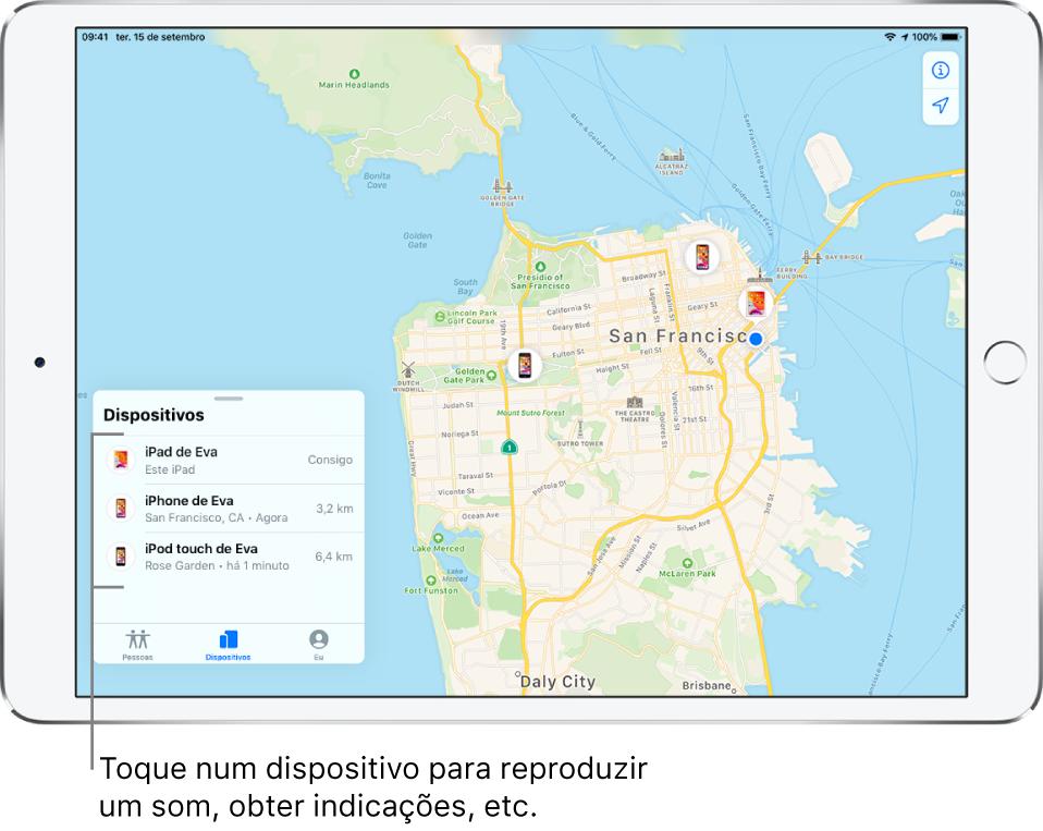 O ecrã de Encontrar aberto no separador Dispositivos. Há três dispositivos na lista Dispositivos: iPad da Eva, iPhone da Eva e iPod touch da Eva. As localizações são mostradas no mapa de São Francisco.