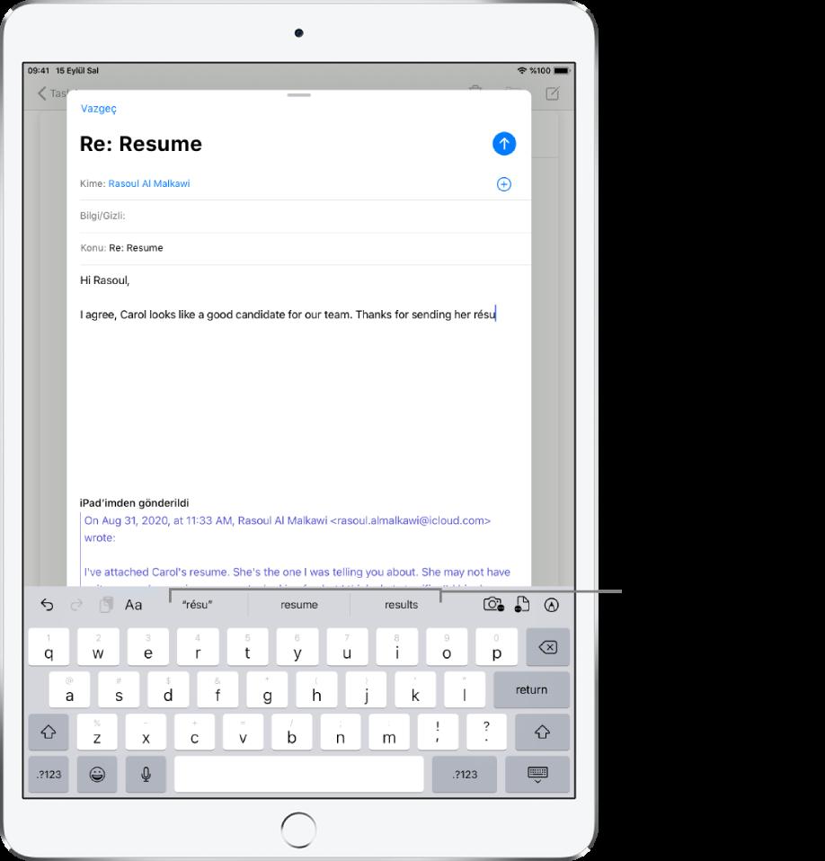 Yeni iletinin ilk birkaç sözcüğünü, bir sonraki sözcüğü tamamlamaya yönelik tahmini metin önerileriyle birlikte gösteren bir Mail iletisi.