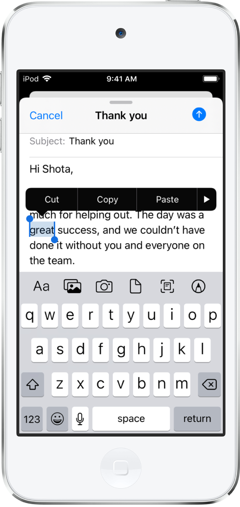 Un exemple d'e-mail avec une partie du texte sélectionné. Au-dessus de la sélection se trouvent les boutons Couper, Copier, Coller et Plus. Le texte sélectionné est mis en évidence, avec des poignées de chaque côté.