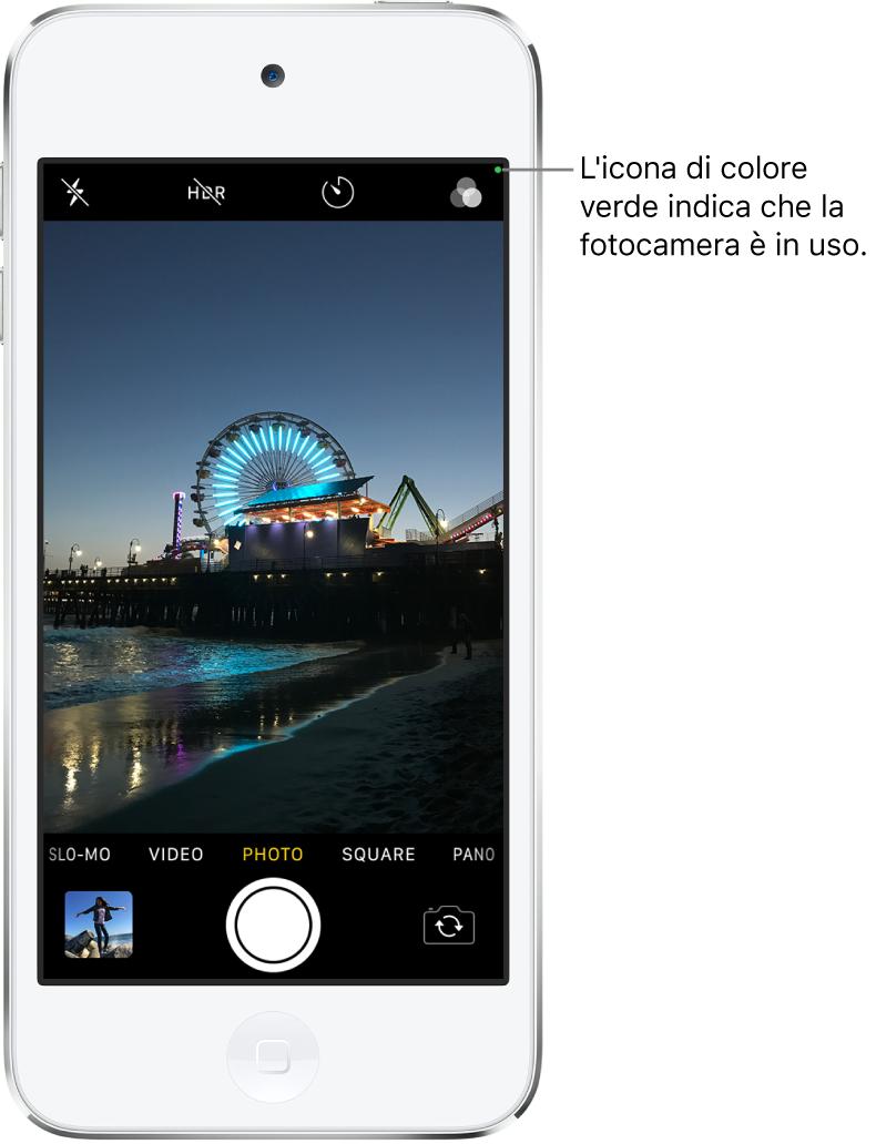 Una schermata di Fotocamera in modalità Foto. Un indicatore verde in alto a destra mostra che la fotocamera è in uso.