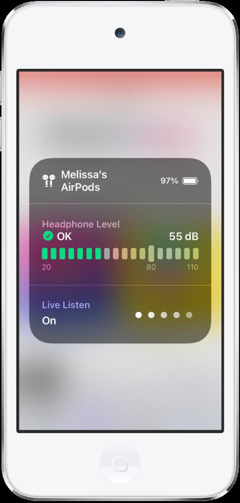 Ekran zwyświetlaną kartą nałożoną. Karta zawiera wykres przedstawiający poziom głośności słuchawek AirPods. Wykres informuje, że głośność słuchawek wynosi 55 decybeli. Widoczna jest etykieta OK. Poniżej wykresu wyświetlana jest etykieta zinformacją, że funkcja Live Listen jest włączona. Poziom dźwięku przedstawiany jest przez funkcję Live Listen jako dwie zaświecone kropki spośród pięciu.