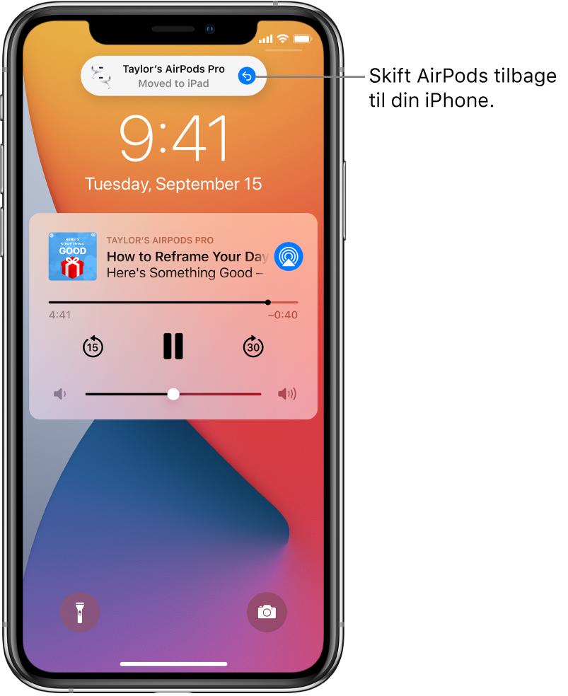 """Den låste skærm med en besked øverst med teksten """"Taylor's AirPods Pro Moved to iPad"""" og en knap, der skifter AirPods tilbage til iPhone."""