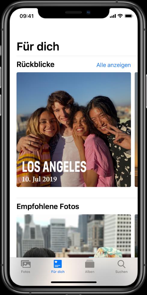 """Der Tab """"Für dich"""" in der App """"Fotos"""" mit dem Abschnitt """"Rückblicke"""". Der Rückblick hat ein Titelbild, auf dem Ort und Datum angegeben ist. Oben rechts befindet sich die Taste """"Alle anzeigen"""", mit der du alle Rückblicke anzeigen lassen kannst."""
