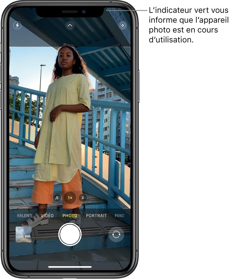 L'écran Appareil photo en mode Photo. Un indicateur vert en haut à droite affiche que l'appareil photo est en cours d'utilisation.