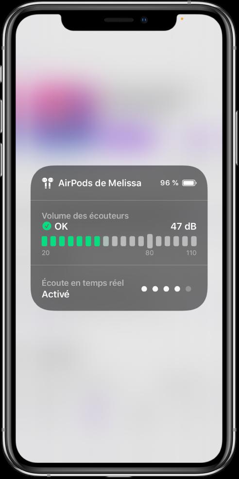 Une fiche s'affiche sur l'écran Elle présente un graphique du niveau sonore d'une paire d'AirPods. Le graphique affiche 47décibels et comprend la mention OK. L'option «Écoute en temps réel» apparaît comme activée sous le graphique. Le niveau sonore de l'option «Écoute en temps réel» est indiqué par quatrepoints allumés sur cinq.