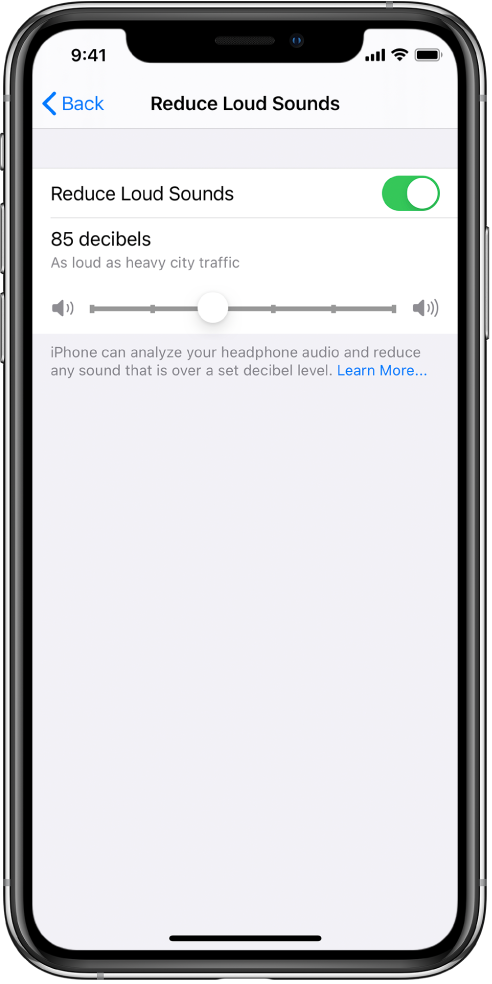 מסך ״הנמך צלילים חזקים״, המציג את הכפתור להפעלה או כיבוי של האפשרות ״הנמך צלילים חזקים״, מחוון לשינוי רמת הדציבלים המרבית, ומגבלת הדציבלים שנבחרה של 85 דציבלים.