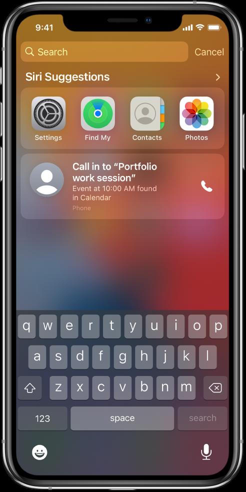 """Zaključani zaslon na iPhoneu. Aplikacije Postavke, Pronalaženje, Kontakti i Foto pojavljuju se ispod """"Siri prijedloga."""" Ispod prijedloga aplikacija nalazi se prijedlog za uključivanje pozivom u radnu sesiju Portfelj, događaj koji se nalazi u Kalendaru."""