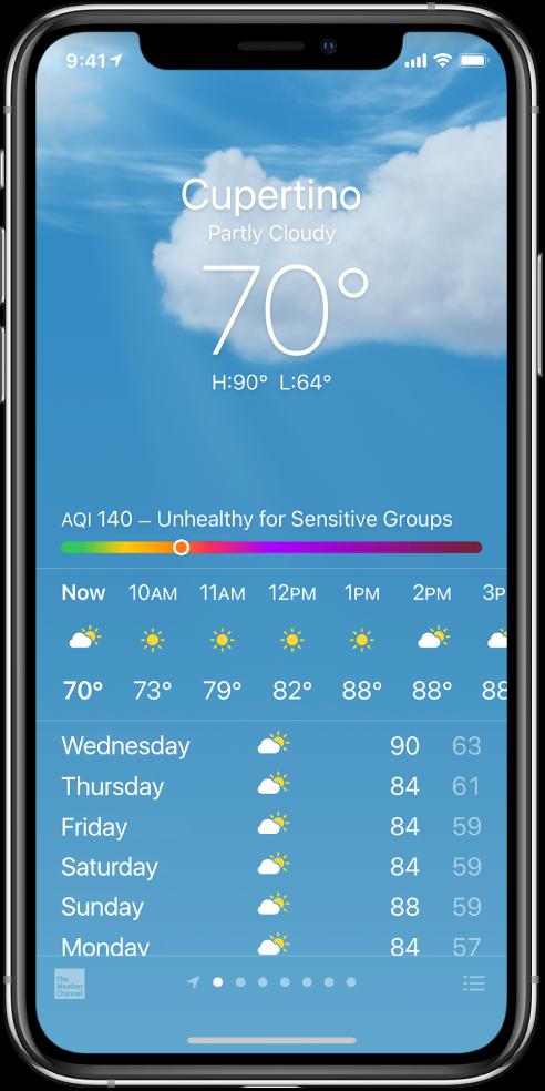 Layar Cuaca menampilkan lokasi, suhu saat ini, suhu tertinggi dan terendah untuk sehari, serta bagan indeks kualitas udara yang berbunyi Tidak Sehat untuk Kelompok yang Peka. Di bagian tengah layar terdapat prakiraan per jam saat ini, yang diikuti oleh prakiraan untuk 7 hari ke depan. Sebaris titik di tengah bawah menampilkan jumlah lokasi yang ada di daftar lokasi. Di pojok kanan bawah terdapat tombol Edit Kota.