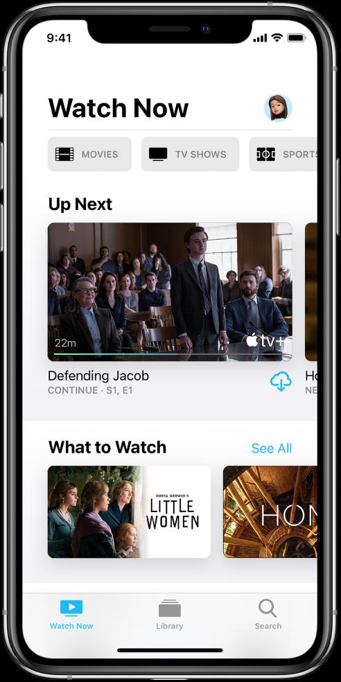 """Ekrāns Watch Now, kura augšējā rindā ir pogas Movies, TV Shows un Sports. Centrā atrodas rinda Up Next, zem kuras ir rinda """"What to Watch"""". Apakšējā malā no kreisās puses uz labo ir izvietotas cilnes Watch Now, Library un Search."""