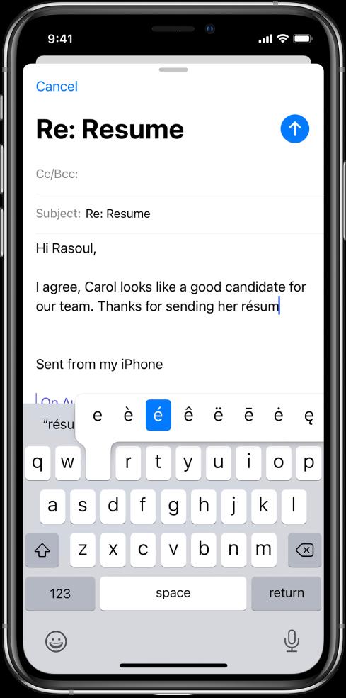 """Ecran prezentând un e-mail în curs de redactare. Tastatura este deschisă și afișează caracterele alternative pentru tasta """"e""""."""