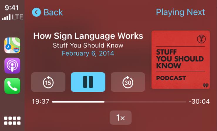 CarPlay Dashboard s prikazom predvajanja podcasta »How Sign Language Works« iz serije »Stuff You Should Know«.