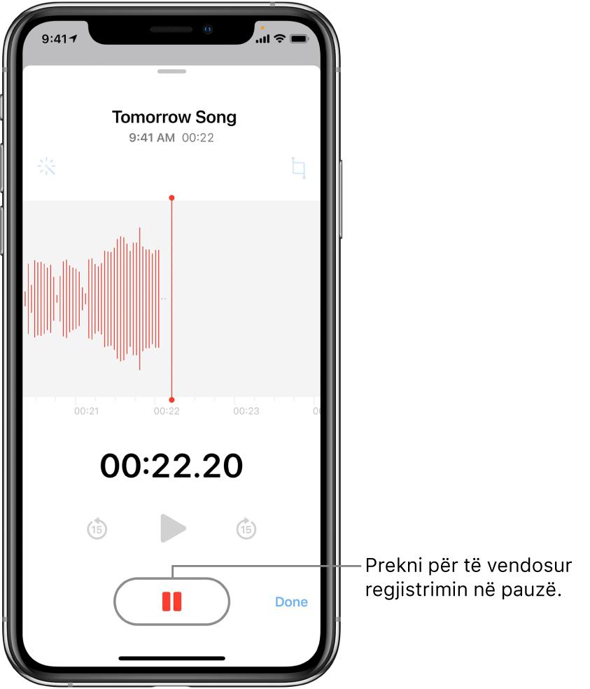 Ekrani Voice Memos që tregon një regjistrim që po kryhet, me një buton aktiv Pause dhe komanda joaktive të luajtjes, kalim 15 sekonda përpara dhe kalim 15 sekonda mbrapa. Pjesa kryesore e ekranit tregon grafikun e valëzuar të regjistrimit që po kryhet, së bashku me një tregues të kohës. Treguesi në ngjyrë portokalli Microphone In Use shfaqet në pjesën e sipërme djathtas.