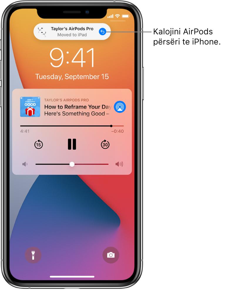 """Ekrani Lock Screen me një mesazh në krye që shkruan """"Taylor's AirPods Pro Moved to iPad"""" dhe një buton për t'i kthyer AirPods përsëri në iPhone."""