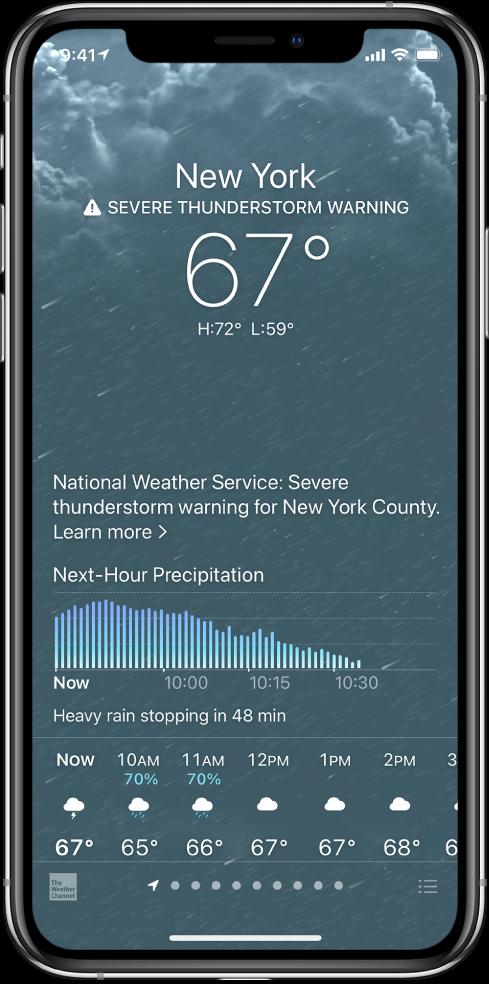 Екран програми «Погода», на якому згори донизу показано розташування, попередження про сильну грозу, поточну температуру, високу та низьку температури на день, а також діаграму з рівнями опадів на наступну годину. У нижній частині екрана відображаються погодинний прогноз і ряд точок, що означає кількість місць у списку місць. У нижньому правому куті— кнопка «Змінити міста».