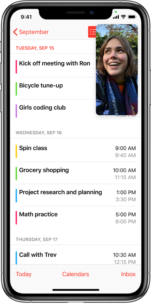 """显示同时进行 FaceTime 对话和查看""""日历"""" App 的屏幕,其中""""日历"""" App 填充了屏幕的剩余部分。"""