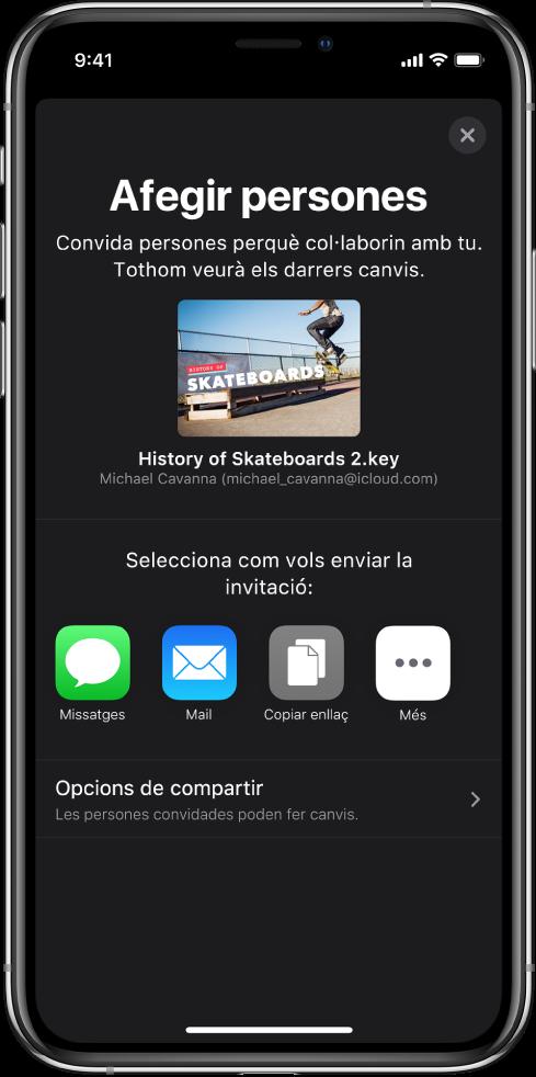 """Pantalla """"Afegir persones"""", que mostra una imatge de la presentació que s'ha de compartir. A sota hi ha els botons amb maneres d'enviar la invitació, com ara l'app Missatges i el Mail, """"Copiar l'enllaç"""" i Més. A la part inferior hi ha el botó """"Opcions de compartir""""."""