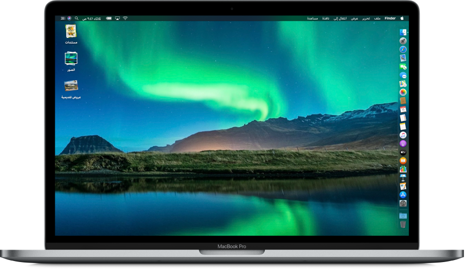 سطح مكتب الـMac مع تشغيل النمط الداكن عليه، وصورة سطح مكتب مخصصة، وDock على امتداد الحافة اليمنى من الشاشة، ومكدسات سطح المكتب على امتداد الحافة اليسرى من الشاشة.