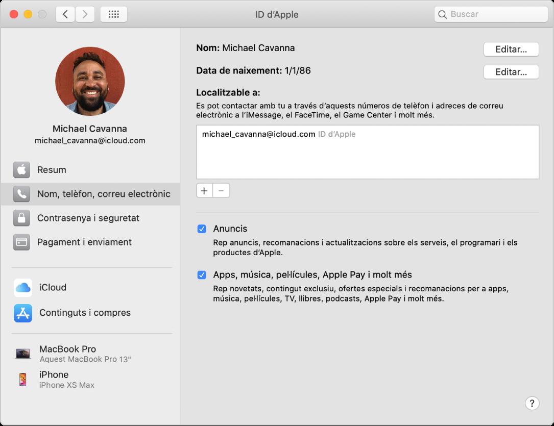 """Les preferències de l'ID d'Apple, que mostren una barra lateral amb diversos tipus d'opcions de compte que pots utilitzar i el tauler de preferències """"Nom, telèfon, correu electrònic"""" d'un compte existent."""