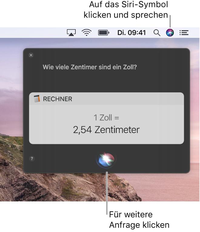 Das Siri-Symbol oben rechts in der Menüleiste auf dem Mac-Schreibtisch und das Siri-Fenster mit der Frage nach der Anzahl der Zentimetern pro Inch und der zugehörigen Antwort (der Umrechnung des Rechners). Klicke auf das Symbol unten in der Mitte des Siri-Fensters, um eine andere Frage zu stellen.