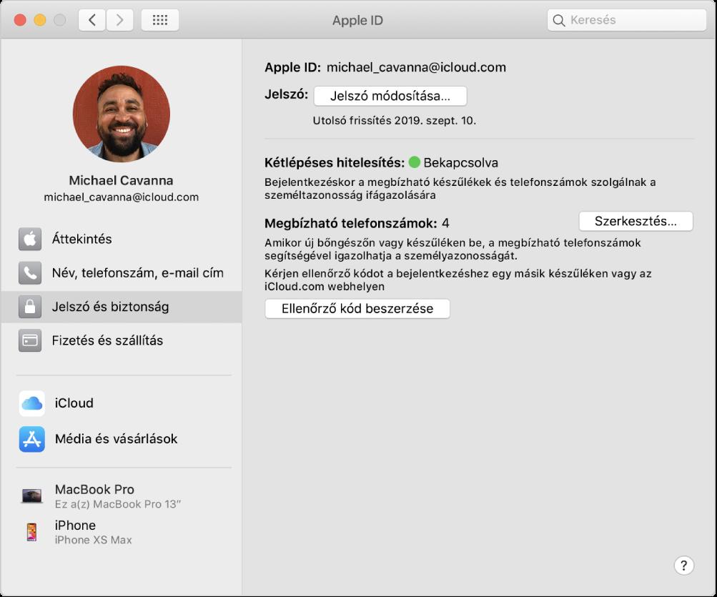 Apple ID beállítások, amelyek oldalsávján a különböző típusú fiókbeállítások és a meglévő fiók Jelszó és biztonság beállításai láthatók.