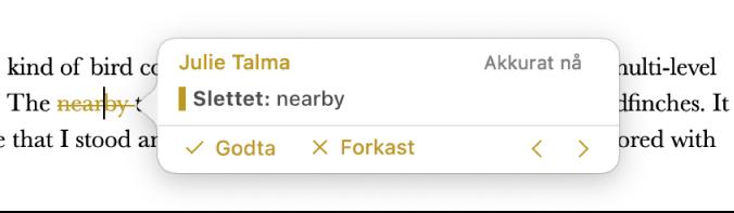 Slettet tekst med en åpen kommentar og Godta-, Forkast- og navigeringspiler. Den sporede endringen viser opphavsperson og dato.