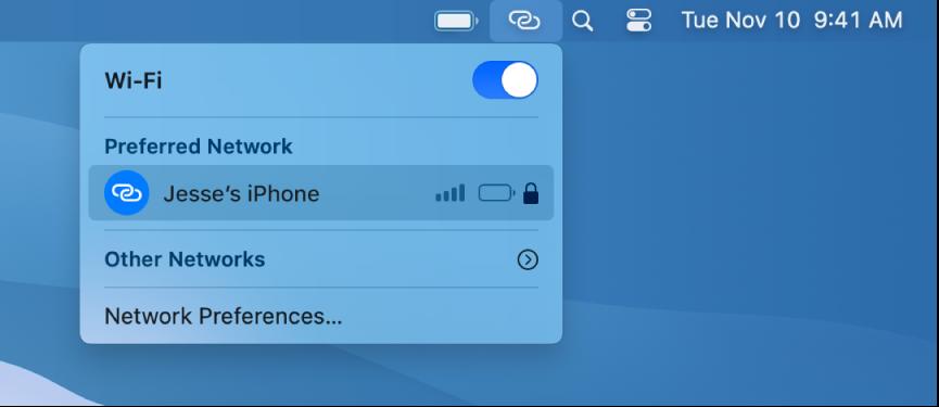 En Mac-skærm, hvor Wi-Fi-menuen viser Internetdeling til en iPhone.
