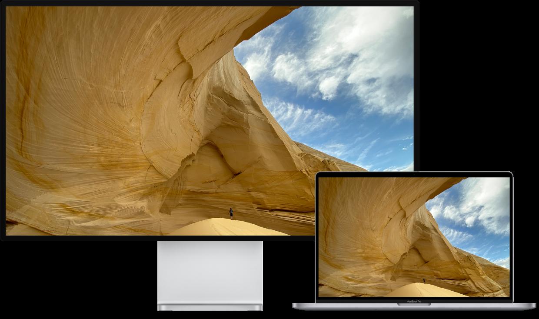 Ein MacBook Pro neben einem HDTV-Gerät, das als externer Bildschirm verwendet wird.