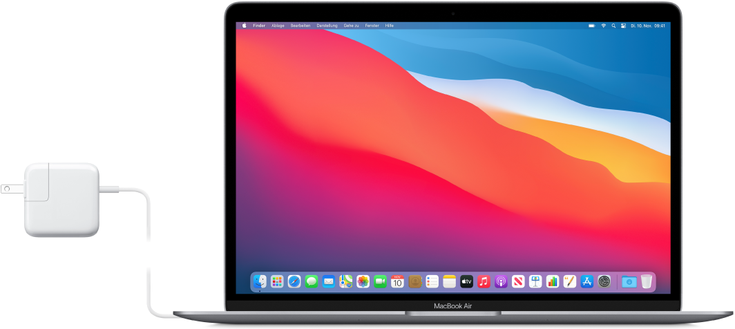 MacBook Air mit angeschlossenem Netzteil