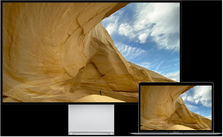 Een MacBookAir naast een HD-tv die als extern beeldscherm wordt gebruikt.
