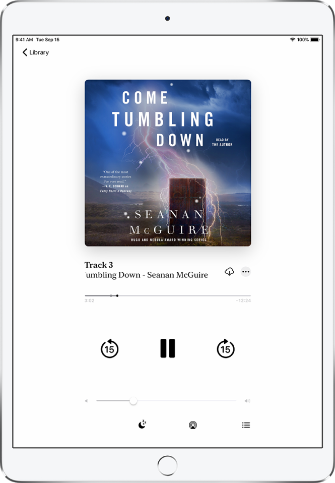 Audioraamatu esituskuva koos audioraamatu kaanega üleval keskel. Kaane all on raja number, audioraamatu nimi ja autor. Audioraamatu nime all on esituskursor ning selle all on juhtnupud esitamiseks, pausimiseks ning edasi ja tagasi kerimiseks. Pleieri juhtnuppude all on helitugevuse liugur. Ekraani allosas on (vasakult paremale) nupud Playback Speed, Sleep Timer, Playback Destination ja Track List. Ülemises vasakus nurgas on nupp Library.