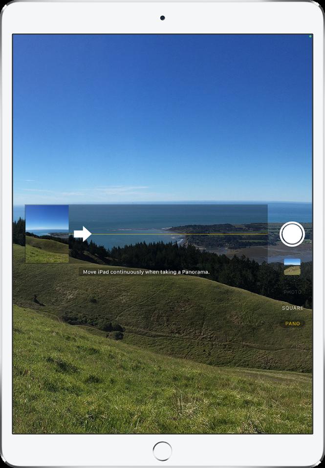 Camera v načinu »Panorama«. Levo od sredine postavljena puščica kaže v desno, da označi smer pomikanja.