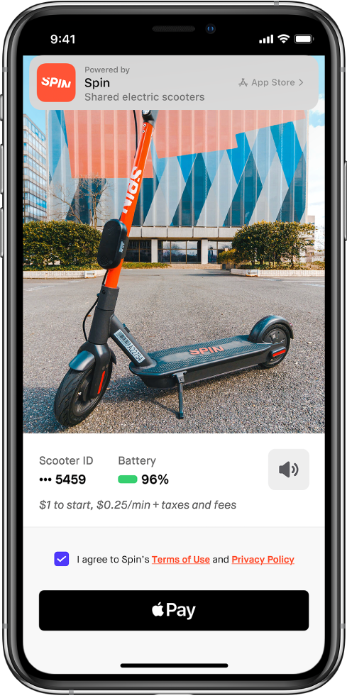 عينة تطبيق تعرض زر ApplePay في الجزء السفلي من الشاشة. في الجزء العلوي من الشاشة، يوجد شعار به رابط إلى التطبيق في App Store.
