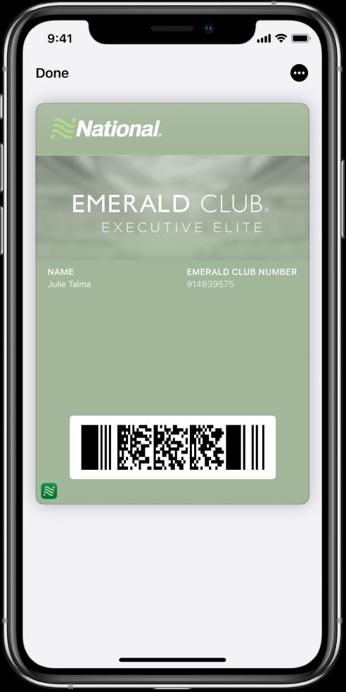 بطاقة صعود الطائرة في Wallet تعرض معلومات رحلة الطيران ورمز QR في الأسفل.
