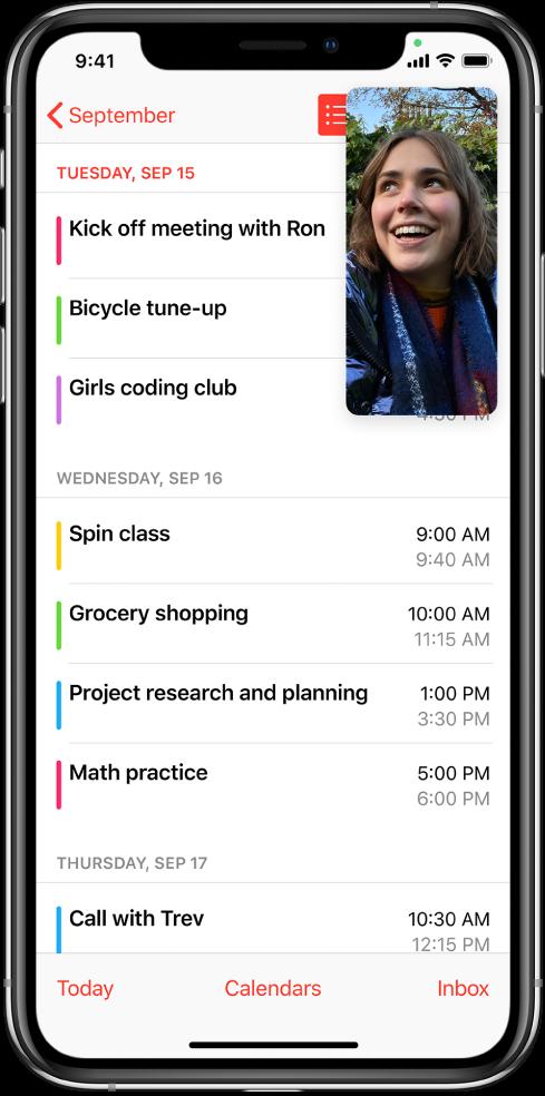 Екран, който показва разговор FaceTime, докато се преглежда приложението Calendar (Календар), което запълва останалата част на екрана.