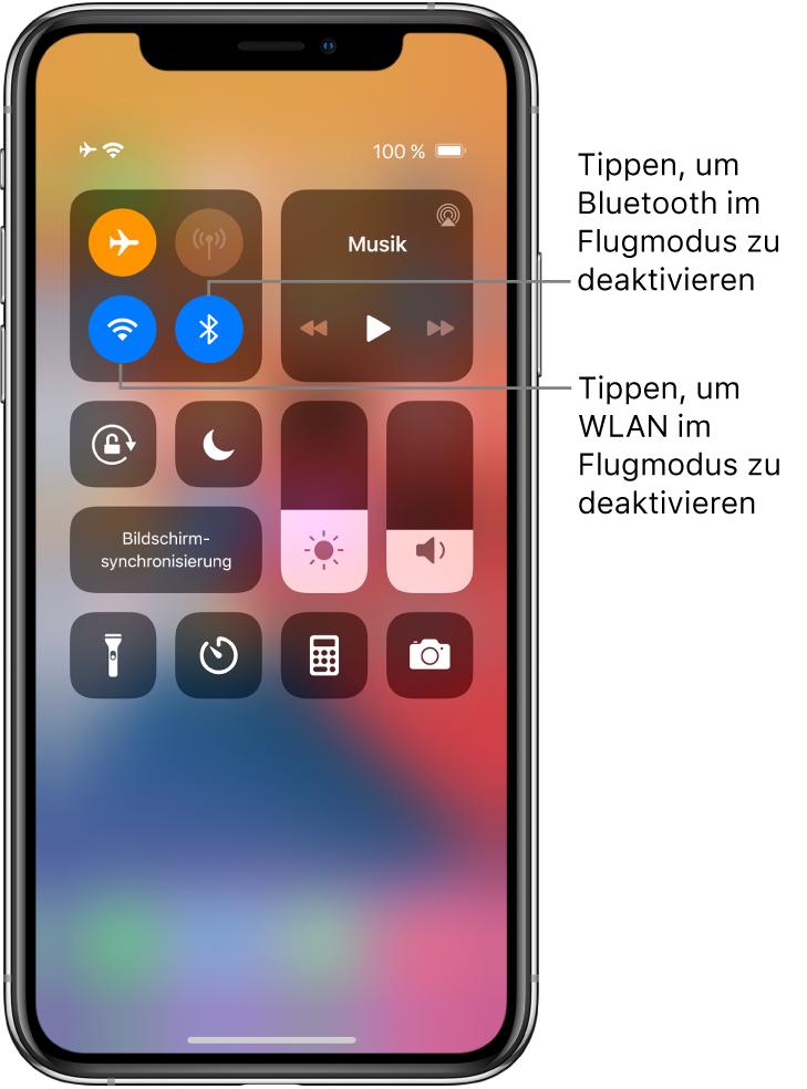 """Der Bildschirm """"Kontrollzentrum"""" mit der aktivierten Option """"Flugmodus"""" und den Hinweisen, dass beim Tippen auf das Steuerelement unten links in der oberen linken Gruppe die Option """"WLAN"""" und beim Tippen auf das Element unten rechts in derselben Gruppe die Option """"Bluetooth"""" deaktiviert wird."""
