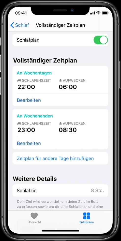 """Die Anzeige """"Vollständiger Zeitplan"""" für """"Schlaf"""" in der App """"Health"""". Oben auf dem Bildschirm ist die Option """"Schlafplan"""" aktiviert. In der Mitte des Bildschirms sind ein Schlafplan für Wochentage und ein Schlafplan für Wochenenden zu sehen. Darunter befindet sich eine Taste zum Hinzufügen eines Plans für weitere Tage. Am unteren Bildschirmrand befindet sich der Abschnitt """"Weitere Details"""" mit einem Schlafziel von 8 Stunden."""