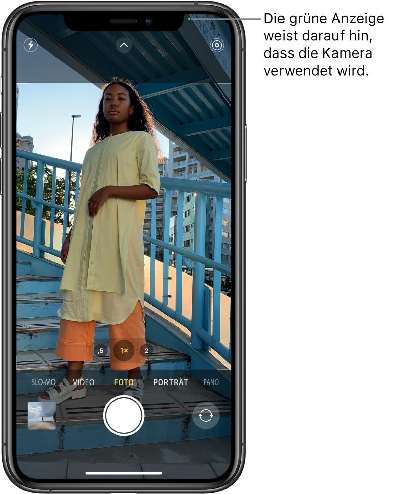 """Der Bildschirm """"Kamera"""" im Modus """"Foto"""". Ein grüner Hinweis oben rechts zeigt, dass die Kamera verwendet wird."""
